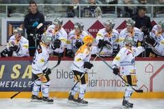 Es ist vollbracht: Die Zuger gratulieren sich in der Tissot Arena in Biel. (Bild: Photopress / Marcel Bieri)
