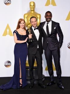 Emmanuel Lubezki hält den Oscar 2015 für die beste Regie («Birdman»). Er posiert mit Jessica Chastain (l.) und Idris Elba (r.) (Bild: Keystone / Paul Buck)
