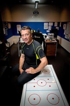 ... bat der neue EVZ-Coach Harold Kreis zum ersten Eistraining. (Bild: Philipp Schmidli)