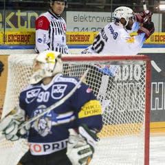 Goalie Michael Tobler vom EV Zug ist geschlagen; Michael Ngoy von Fribourg jubelt. (Bild: Keystone)