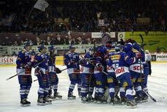 Die Spieler der Kloten Flyers feiern ihren Goalie Ronnie Rüeger.