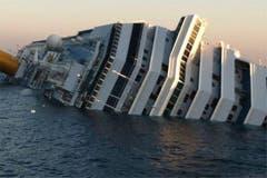 Die rechte Hälfte des Luxusschiffs Costa Concordia liegt unter Wasser. (Bild: Keystone / EPA)