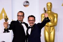 James Lucas (l.) und Mat Kirkby (r.) erhalten den Oscar in der Kategorie «Live Action Short Films». Der Schweizer Film «Parvaneh» hat diesen Kurzfilm-Oscar leider verpasst. (Bild: PAUL BUCK)