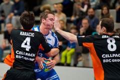 Peter Schramm vom HC Kriens-Luzern (mitte) bleibt an der Kadetten-Abwehr um Ivan Karacic (links) und David Graubner hängen. (Bild: Dominik Wunderli / Neue LZ)