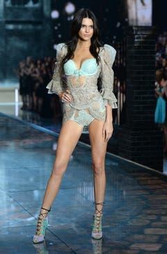 Kendall Jenner posiert auf dem Laufsteg. (Bild: Keystone)