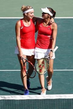 Martina Hingis (rechts) Arm in Arm mit Timea Bacsinszky. (Bild: Keystone / Peter Klaunzer)