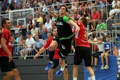 Luca Spengler vom HC Kriens-Luzern setzt sich gegen Pfadis Oliver Scheuner durch. (Bild: Philipp Schmidli)