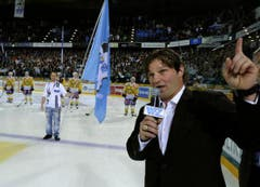 Der ehemalige Spieler des EVZ, Paul Di Pietro, spricht zu den Zuschauern bei seiner offiziellen Verabschiedung. (Bild: Keystone)