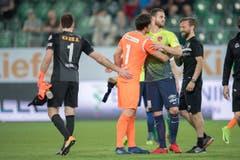 Torhüter Daniel Lopar vertägt das Grinsen des ehemaligen Teamkollegen und Thuner Torschützen Roy Gelmi nicht. (Bild: Urs Bucher)