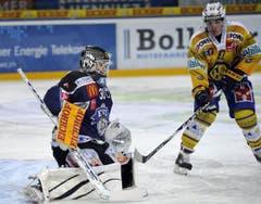 Goalie Jussi Markkanen vom EV Zug und Dario Bürgler vom HC Davos. (Bild: Keystone)
