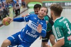 HCK-Spieler Thomas Hofstetter setzt zu einem Wurf an. (Bild: Boris Bürgisser / Neue LZ)