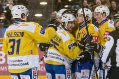 Jubel beim HC Davos beim Eishockey-Meisterschaftsspiel der National League A zwischen dem EV Zug und dem HC Davos. (Bild: Keystone)