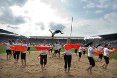 Turnerinnen zeigen eine akrobatische Darbietung. (Bild: Keystone)