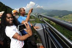 Die Stabhochspringerin, Yarisley Silva und ihr Coach Alexandre Navas machen Fotos. (Bild: Boris Bürgisser / Neue LZ)