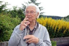 Walter Roderer in seinem Garten in Illnau. (Bild: Archiv Neue LZ)