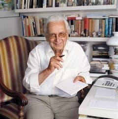 Portrait des Schweizer Kabarettisten und Schauspielers Walter Roderer, aufgenommen am 20. Juni 2005 in seinem Arbeitszimmer in Illnau. (Bild: Keystone)