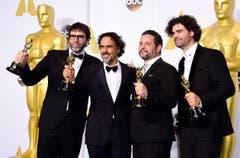 «Birdman» holt den Oscar für das beste Original-Drehbuch. Bild v.l.: Nicolas Giacobone, Alejandro G. Inarritu, Alexander Dinelaris Jr. und Armando Bo. (Bild: Keystone / Paul Buck)