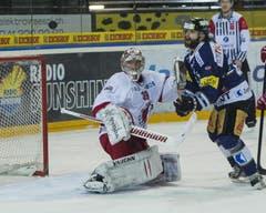 Josh Holden scheitert am starken Lausanne-Goalie Cristobal Huet. (Bild: Keystone)