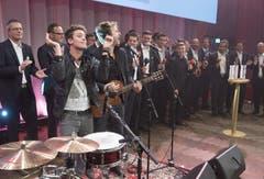 Bastian Baker und Gustav rocken im Berner Kursaal. (Bild: Keystone)