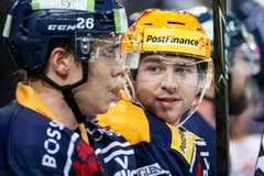 Zugs Lino Martschini (rechts) unterhält sich mit Teamkollege Reto Suri. (Bild: Alexandra Wey / Keystone)