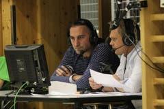 Nationaltrainer Goran Perkovac (links) kommentiert das Spiel für das Schweizer Sportfernsehen. (Bild: Philipp Schmidli/Neue LZ)