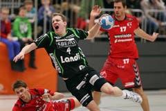Kriens Yves Mühlebach (mitte) gegen Berns Marcel Lengacher (links) und David Nyffenegger (rechts) (Bild: Philipp Schmidli / Neue LZ)