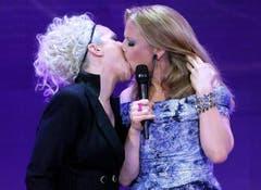 Inniger Auftakt der Echo-Verleihung in Berlin: Ina Müller (links) und Barbara Schöneberger mit einem Madonna/Britney-Spears Gedenkkuss. (Bild: Keystone)