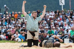 Der Freiburger Willliam Häni jubelt nach seinem Sieg uber den Berner Martin Rolli. (Bild: kEYSTONE / ALESSANDRO DELLA VALLE)