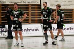 Die Enttäuschung ist Yves Petrig, Daniel Fellmann und Sven Hess (von links) nach dem Schlusspiff anzusehen. (Bild: Roger Zbinden / Neue LZ)