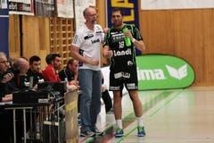 Trainer Torben Winter gibt Anweisungen an Boris Stankovic. (Bild: Roger Zbinden/Neue LZ)