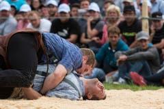 Der Innerschweizer Joel Wicki, oben, drückt seinen Verbandskollegen Adrian Steinauer ins Sägemehl. (Bild: kEYSTONE / ALESSANDRO DELLA VALLE)
