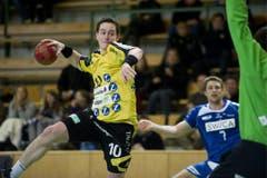 St. Gallens Raphael Liniger versucht Goalie Marius Aleksejev zu bezwingen. (Bild: Keystone)