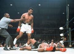 Muhammad Ali (links) wird von Schiedsrichter Joe Walcott zurückgehalten. Schwergewichtsweltmeister Muhammad Ali schlug im Ring 1965 Herausforderer Sonny Liston in der ersten Runde im Titelkampf in Lewiston in Maine k.o. (Bild: Keystone)
