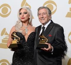 Lady Gaga und Tony Bennett mit dem Best Traditional Pop Vocal Album-Award (Bild: Keystone)
