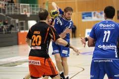 HCK-Spieler Daniel Baverud im Zweikampf mit Rares Jurca. (Bild: Roger Zbinden / Neue LZ)