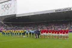 Nationalhymnen im Stadion von Newcastle. (Bild: Keystone)