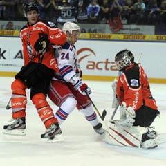 Timo Helbling (links) und Jussi Markkanen räumen vor dem Tor gegen Ryan Callahan auf. (Bild: Keystone)