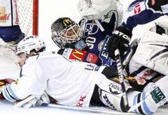 EVZ-Torhüter Jussi Markkanen (rechts) gegen Christian Dubé. (Bild: Keystone/Urs Flüeler)