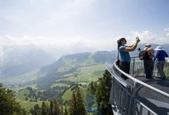 Kugelstösserin Valerie Adams, aus Neuseeland geniesst die Aussicht auf dem Stanserhorn und hält sie fotografisch fest. (Bild: Keystone)