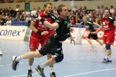 Berns 2 Pelle Larsen (links) gegen Kriens 33 Andraz Podvrsic. (Bild: Roger Zbinden)