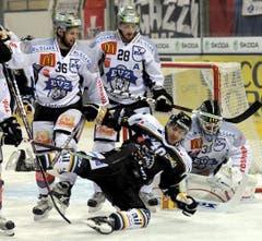 Flavien Conne rutscht aus vor EVZ-Goalie Jussi Markkanen. (Bild: Keystone)