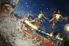 Daniel Huling (rechts) beim 3000m Steeplelauf der Männer am Wassergraben. (Bild: Philipp Schmidli/Neue LZ)