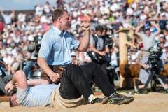 Festsieger Matthias Sempach freut sich über den Sieg im Schlussgang gegen Philipp Laimbacher. (Bild: Keystone)