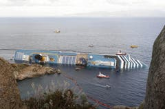 Schiffe sichern den Unfallort. (Bild: Keystone / EPA)