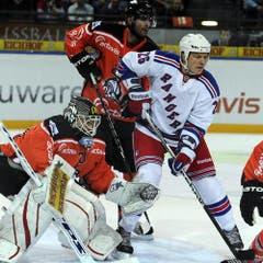 Ruslan Fedotenko wird eng bewacht von Andy Wozniewski. (Bild: Keystone)