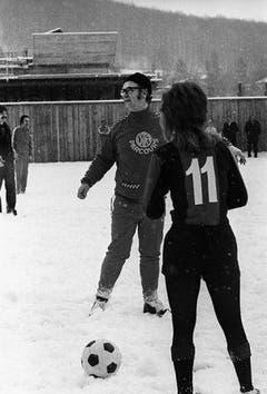 Der Schweizer Schauspieler leitet 1972 als Schiedsrichter ein Fussballspiel im Schnee. (Bild: Keystone / Str.)
