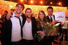 Jubel mit Moderator Sven Epiney (rechts) bei der Basler Sängerin Anna Rossinelli und ihren bandmitgliedern Georg Dillier (links) und Manuel Meisel. (Bild: André Häfliger)