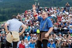 Der Berner Thomas Zaugg, rechts, verabschiedet sich beim Publikum nach seinem Sieg über den Innerschweizer Remo Betschart. (Bild: kEYSTONE / ALESSANDRO DELLA VALLE)