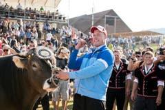 Festsieger Matthias Sempach mit Muni Wilson. (Bild: Keystone)