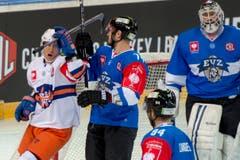 Veli-Matti Savinainen, links, feiert das 1:0 vor den Zuger Spielern Johann Morant, Mitte, und Torhueter Tobias Stephan. (Bild: Keystone/Urs Flüeler)